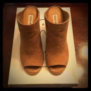 Steve Madden peep toe mules in tan